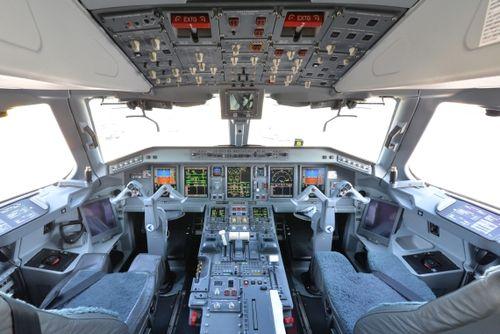 Csm Aua Austrian Airlines Ankunft Erster Embraer E E Oe Lwd Am Foto Huber Austrian Wings Media Crew Cockpit D