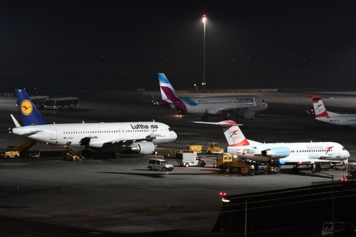 lufthansa austrian airlines merger Lufthansa's takeover of austrian airlines (aua) took what could be one of the final steps towards being a done deal, with the european competition commissioner giving the proposal a green.