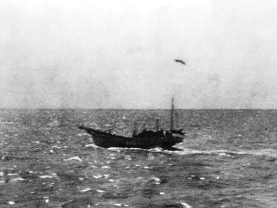 Japanese_fishing_boat_sunken_by_Doolittle-Raiders