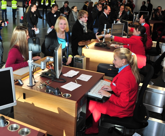 Austrian Airlines Personal und Testpassagiere am Check-In-Schalter im Skylink  - Foto: Austrian Wings Media Crew