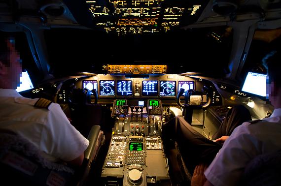 Piloten bei der nächtlichen Arbeit im Cockpit einer MD11, Symbolbild - Foto: Felix Gottwald