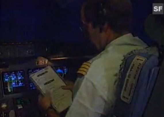 Pilot mit Checkliste im MD-11 Cockpit, Symbolbild - Foto: Screenshot YouTube