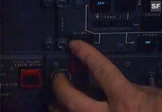 Pilot einer MD-11 betätigt die Systeme zum Ablassen von Treibstoff, Symbolbild - Foto: Screenshot YouTube