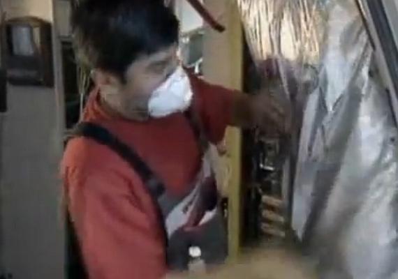 Ein Techniker beim Austausch der MPET-Matten - Foto: Screenshot YouTube