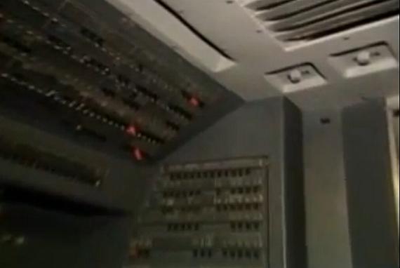 Oberhalb der Cockpitdenke an der Trennwand zur Passagierkabine entwickelte sich von der Besatzung unbemerkt ein Feuer; durch Öffnungen zwischen den Panelen drang Rauch ins Cockpit ein - Foto: Screenshot YouTube