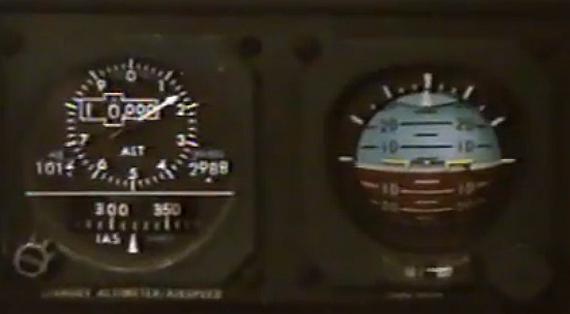 Die Standby-Instrumente im Cockpit der Swissair MD-11 waren vor den Schubhebeln und damit alles andere als im direkten Blickfeld der Piloten angeordnet - Foto: Screenshot YouTube