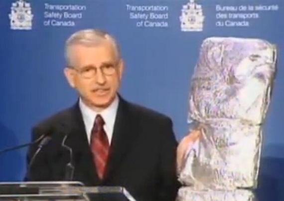 Chefermittler Vic Gerden bei der Präsentation des Unfallberichtes mit einer MPET-Isolationsmatte - Foto: Screenshot YouTube