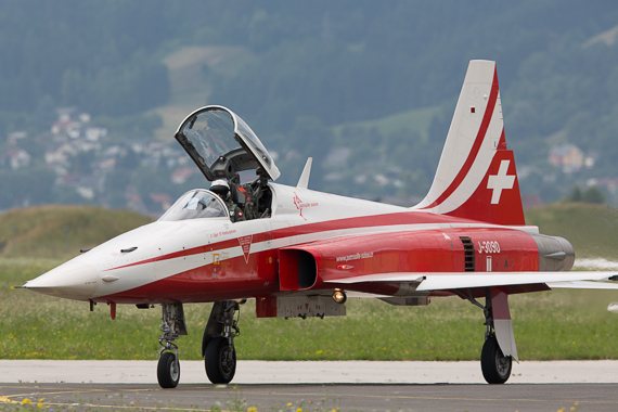 Airpower 2013 Single Patrouille Suisse rollt Peter Hollos
