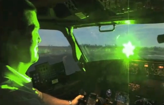 Laserpointer-Blendung eines Flugzeugpiloten - Foto: Screenshot, FAA/US-Air Force, Quelle: http://youtu.be/RtKSdy2KAW4