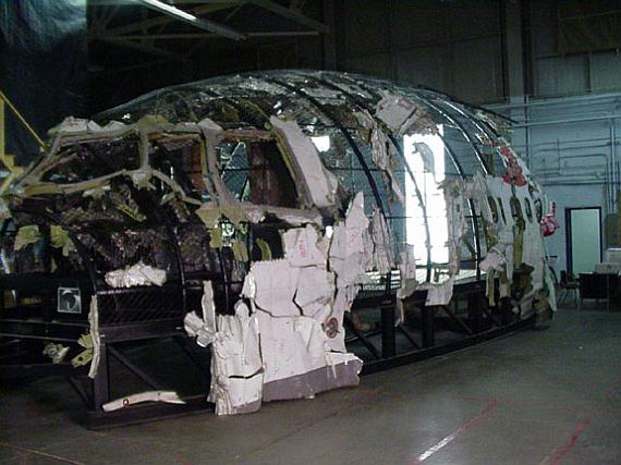 Außenaufnahme des rekonstruierten vorderen Rumpfteils von Swissair 111 - Foto: Courtesy TSB of Canada