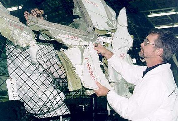 Ermittler bei der Rekonstruktion des vorderen Rumpfteiles der HB-IWF - Foto: Courtesy TSB of Canada