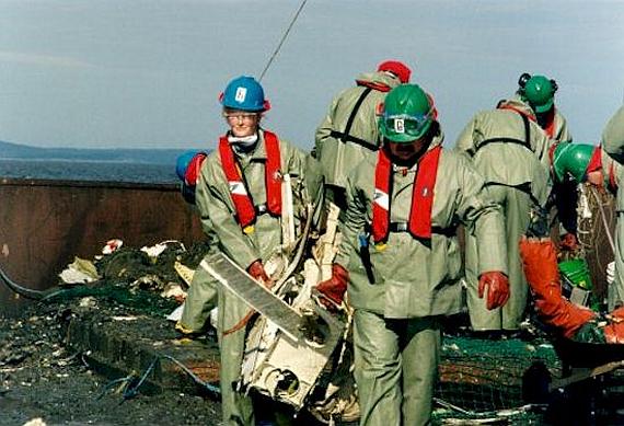Arbeiter bergen die Wrackstücke von Swissair 111 - Foto: TSB of Canada