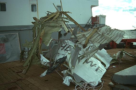 Geborgene Wrackstücke mit der Registrierung der Unglücksmaschine, HB-IWF - Foto: TSB