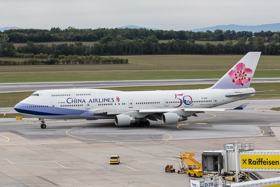 China Airlines Boeing 747-400 50 Jahre Sticker B-18208 Pushback completed Peter Hollos