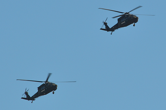 Zwei Black Hawk in Formation