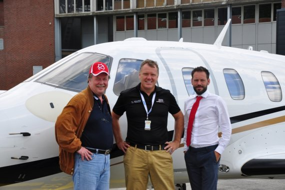 Von links nach rechts: Autor Andy Herzog, David Hayman, CEO Aeris Aviation-UK und Neil Harvey, Marketing & Sales,