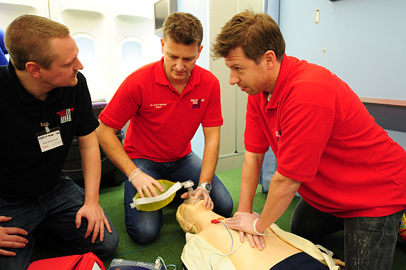 "Die ""Doc on Board""-Trainer - hier DGKP Jürgen Matek, Dr. David Gabriel und Dr. Gustav Huber - demonstrieren den Einsatz des medizinischen Equipments inklusive Defibrillator im Flugzeug."