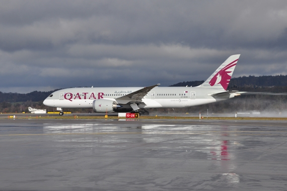 "Qatar Airways, Boeing B787 ""Dreamliner"" beim Start auf Piste 28"