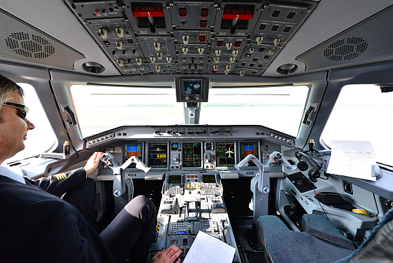 Pilot im Cockpit LOT Polish Airlines Embraer E175 SP-LIE Foto PA Austrian Wings Media Crew