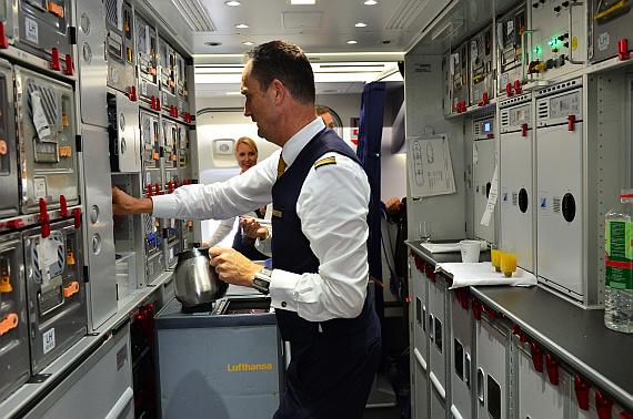 Lufthansa Boeing 747-8I Bordküche Galley Flugbegleiter Foto PA Austrian Wings Media Crew