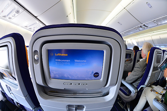 Lufthansa Boeing 747-8I Economy Class IFE Monitor Foto PA Austrian Wings Media Crew