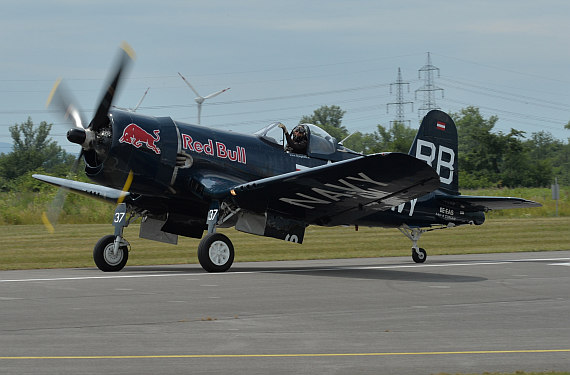 Flugplatzfest STockerau 2015 Foto Huber Austrian Wings Media Crew Flying Bulls F4U Corsair Landung_5