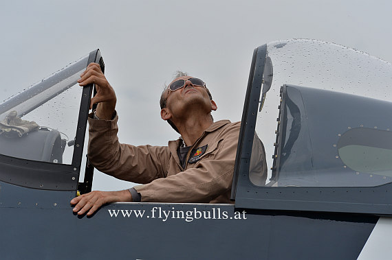 Flugplatzfest STockerau 2015 Foto Huber Austrian Wings Media Crew Flying Bulls F4U Corsair Pilot beobachtet Springer