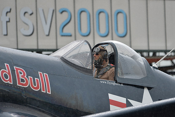Flugplatzfest STockerau 2015 Foto Huber Austrian Wings Media Crew Flying Bulls F4U Corsair Pilot im Cockpit closeup