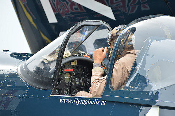 Flugplatzfest STockerau 2015 Foto Huber Austrian Wings Media Crew Flying Bulls F4U Corsair Pilot im Cockpit