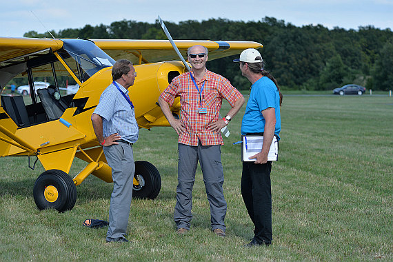 "Die Crew: Franz List (Flugkapitän Fokker 70/100), Anton Wildberger (""the flying photographer"") und Programmdirektor Wolfgang Gockert."