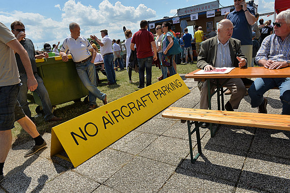Flugplatzfest Stockerau 2015 28062015 Foto Huber Austrian Wings Media Crew Besucher no aircraft parking