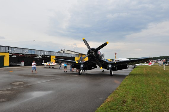 Fugplatzfest Stockerau 2015 Foto Huber Austrian Wings Media Crew Flying Bulls F4U Corsair vor dem Hangar von Stockerau