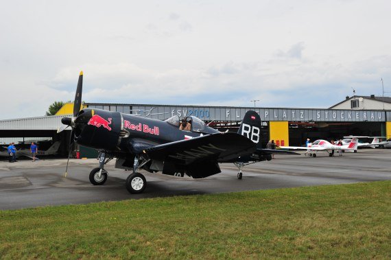Fugplatzfest Stockerau 2015 Foto Huber Austrian Wings Media Crew Flying Bulls F4U Corsair vor dem Hangar