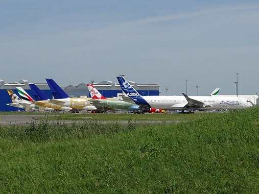 06. Copyright by Paul Bannwarth Line-up von A350, A330 und A380 vor den Hangars bei Airbus in Toulouse-Blagnac