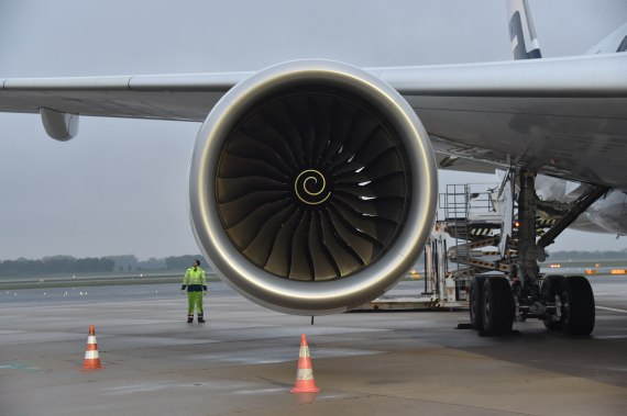 OH-LWA Finnair Airbus A350 Erstlandung Huber Austrian Wings Media Crew right engine rechtes Triebwerk
