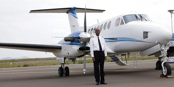 CEO Mulat Lemlemayehu vor der King Air 350 von East African Aviation