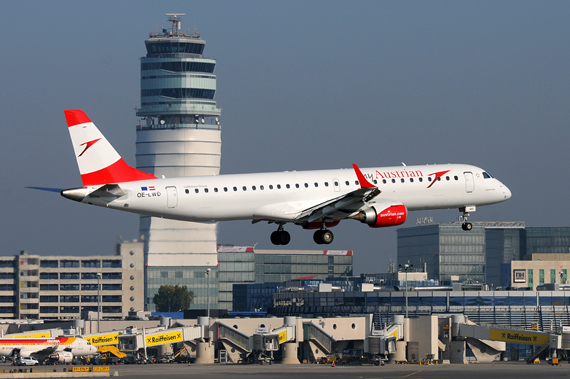myAustrian Austrian Airlines AUA Embraer 195 mit Tower im Hintergrund - Foto Austrian Wings Media Crew