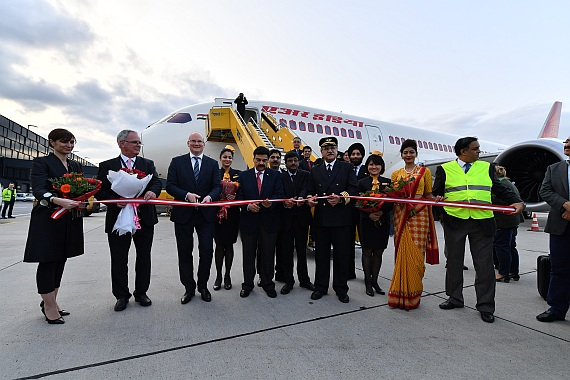 Air India Erstlandung Flughafen Wien 06042016 Boeing 787-8 VT-ANE Foto Huber Austrian Wings Media Crew_013 Ribbon Cutting