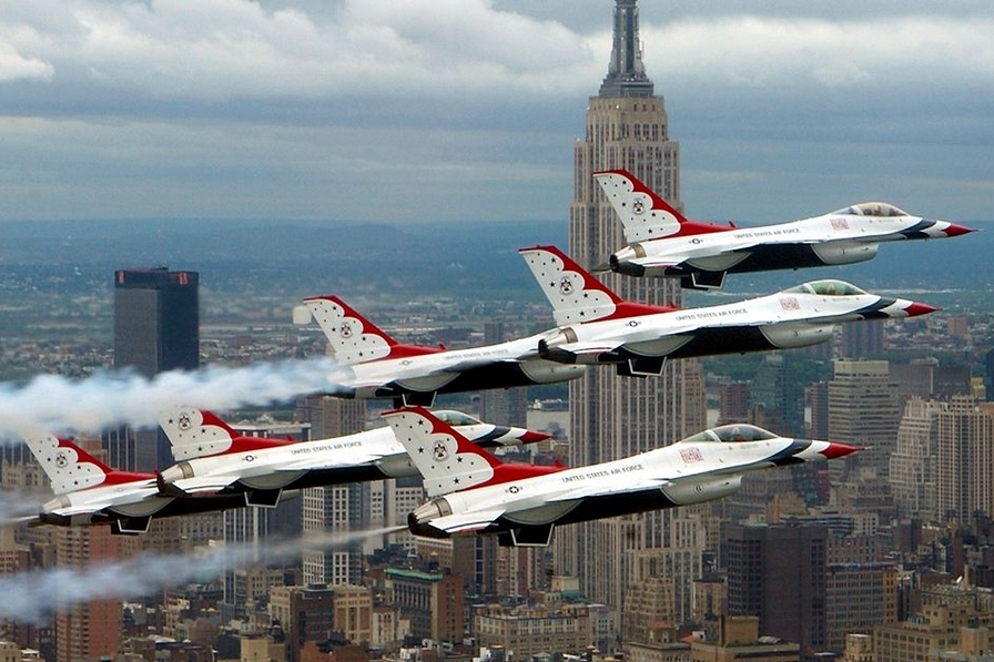 F-16 der Thunderbirds im Flug, Symbolbild - Foto: Tech. Sgt. Sean Mateo White via Wikipedia