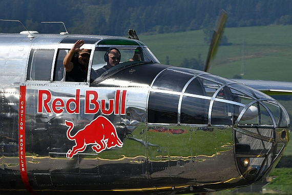 DSC_0161 Flying Bulls winkende Piloten der B-25 Airpower 2016 Foto Huber Austrian Wings Media Crew