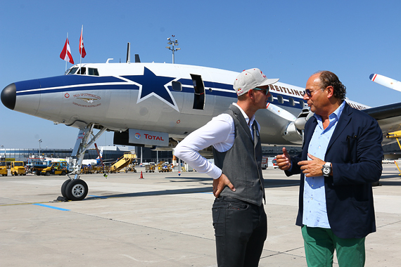 Thomas Morgenstern und Breitling CEO Peter Kellner vor der Breitling Super Constellation