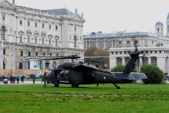 bundesheer-black-hawk-nationalfeiertag-2016-heldenplatz_1-blackhawk-211016-robert-erenstein