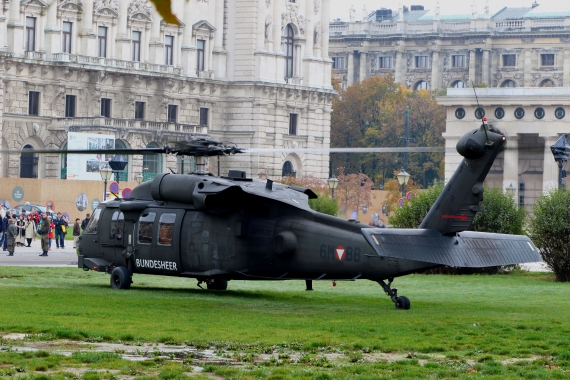 bundesheer-black-hawk-nationalfeiertag-2016-heldenplatz_2-blackhawk-211016-robert-erenstein