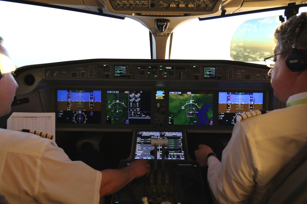 Piloten im Cockpit eines A220-300