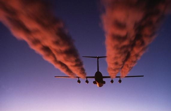Kondensstreifen einer C-141B Starlifter