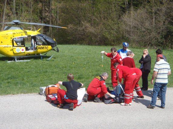Versorgung des Patienten durch die Crew von Christophorus 3 und Ersthelfer - Foto: ÖAMTC