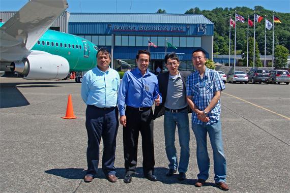 Ingenieure von Deer Jet Airlines vor ihrer neuen BBJ. V. l. n. r.: Li Xueming; Wang Yaoming; Wang Haitao und Li Jin - Foto: Boeing
