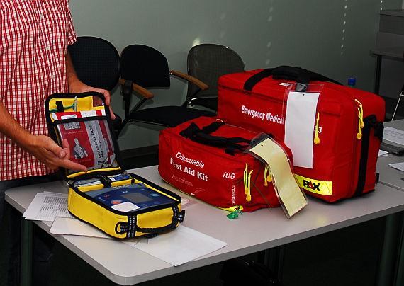 Notfallausrüstung inkl. Defibrillator an Bord einer Linienmaschine - Foto: Austrian Wings Media Crew