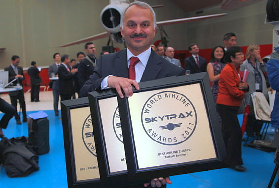Temel Kotil von Turkish Airlines mit den Awards - Foto: Turkish Airlines