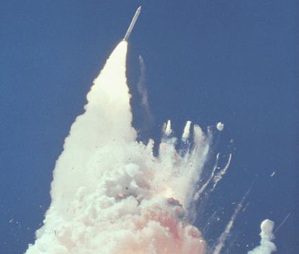 76 Sekunden nach dem Start: Millionen Fernsehzuseher und Zaungäste werden Zeugen der Explosion der Challenger - Foto: NASA
